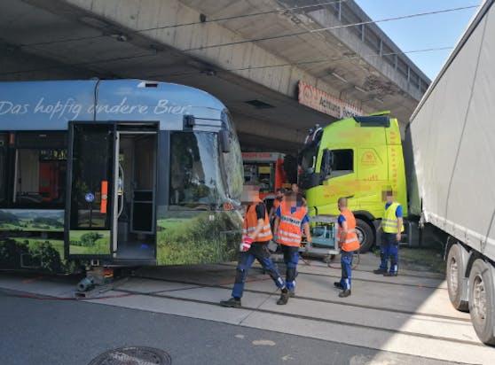 Die Straßenbahn entgleiste nach dem Crash.