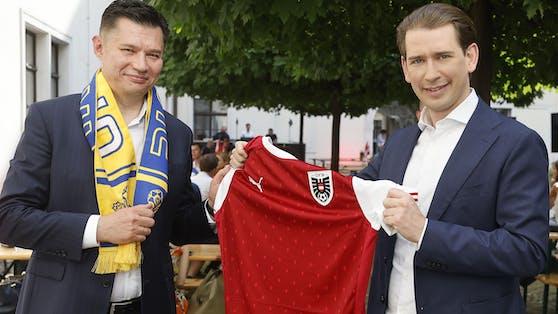 Sebastian Kurz mit dem ukrainischen Botschafter Oleksander Scherba beim Public Viewing im Kanzleramt.