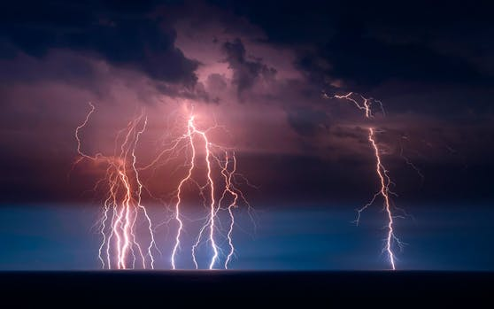 Blitz-Alarm: Auch am Dienstag warten schwere Unwetter.