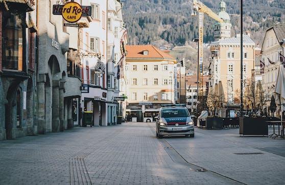 Einsatzfahrzeug der Polizei auf Streifenfahrt in Innsbruck.