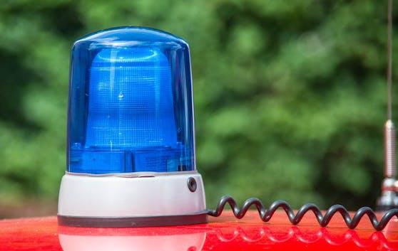 Als Zivilstreife der Polizei getarnt hielten vier Jugendliche Mopedlenker zur vermeintlichen Verkehrskontrolle an.