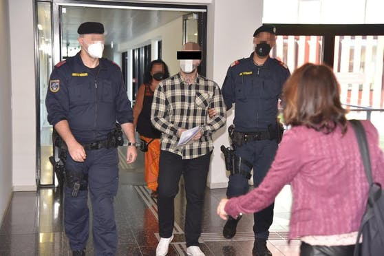 Der Angeklagte mit Anwältin Astrid Wagner