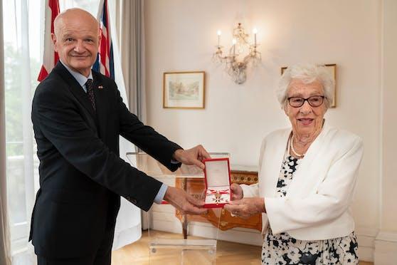 Der österreichische Botschafter in London, Michael Zimmermann, verlieh Eva Schloss dieMedaille für Verdienste um die Republik.