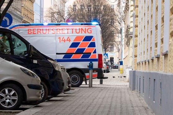 Ein Rettungswagen (RTW) der Wiener Berufsrettung befindet sich im Einsatz. (Archi)