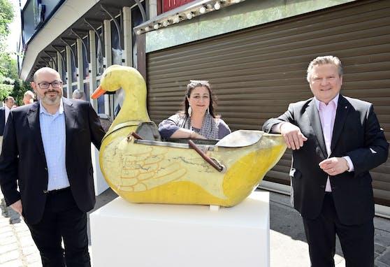 Fototermin mit Ente: Bei der Präsentation des neuen Pratermuseums kamen Bürgermeister Michael Ludwig (SPÖ, r.) , Kulturstadträtin Veronica Kaup-Hasler (SPÖ) und Wien Museum-Chef Matti Bunzl (l.) dem Vogel (hier als Teil eines Entenkarussels aus den 1950er Jahren) schon recht nahe.