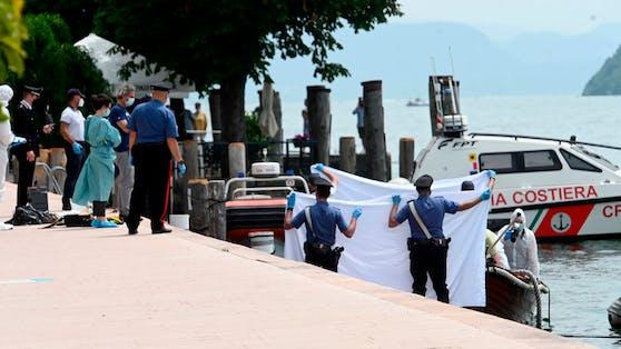 Im Bild: Italienische Ermittler untersuchen das Unfallboot.