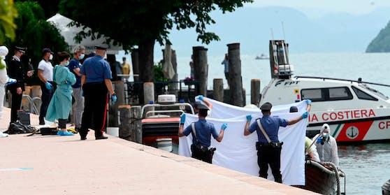 Italienische Ermittler untersuchen das Unfallsboot.