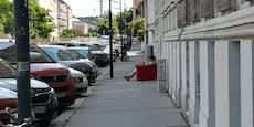Wiener machen es sich auf Couch am Gehsteig gemütlich