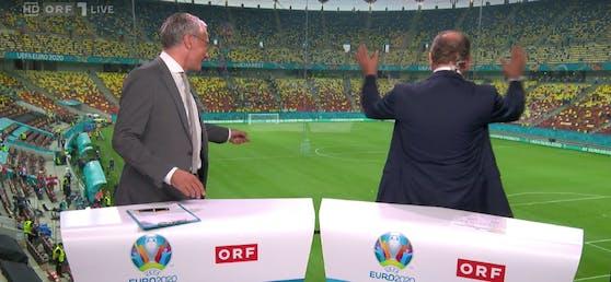 Herbert Prohaska interagiert mit den Fans, die seinen Namen skandieren.