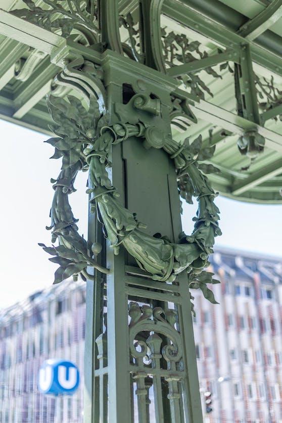 Jahrzehntelang waren die vier Metallkränze von Otto Wagner verschollen, nun kehren sie in die U-Bahnstation Friedensbrücke (Alsergrund) zurück.