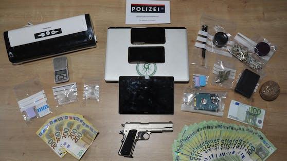 Die Polizei stellte IT-Geräte, Geld, Waffen und Bargeld sicher.