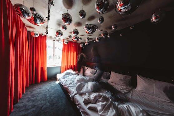 Im neuen Hotel Superbude im Prater können Gäste zu fünft unter Discokugeln die Sau rauslassen.