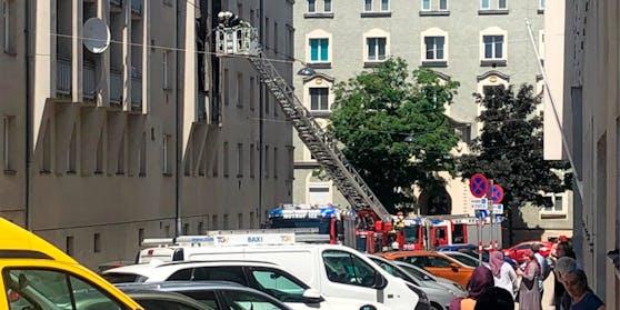 Die Wiener Berufsfeuerwehr löschte den Brand im Ottakringer Gemeindebau.