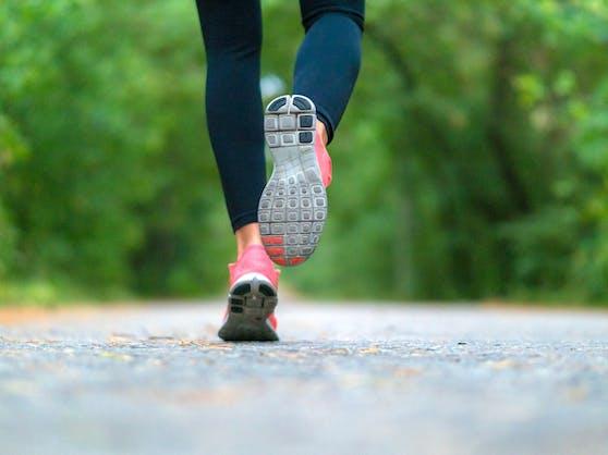 Einen Fuß vor den anderen setzen - langsam. Darauf kommt es beim Slow Jogging an.
