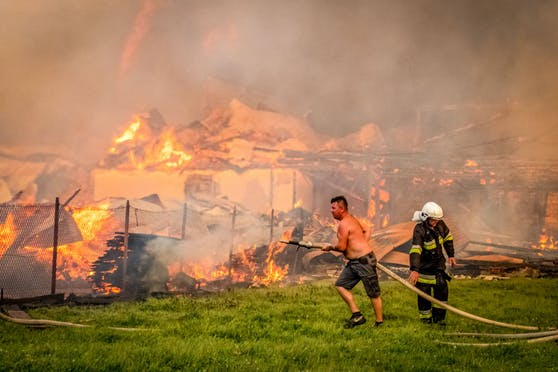 Rund 400 Feuerwehr-Leute und unzählige Bewohner kämpften am Samstagabend gegen den Brand.