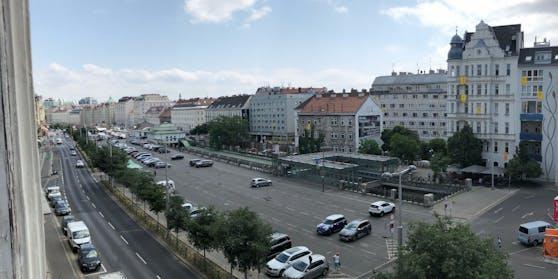 """Das Areal, auf welchem die Markthalle am Naschmarkt entstehen soll. Dutzende Banner an den Häusern fordern stattdessen einen Freiraum nach dem Motto """"Park statt Halle""""."""