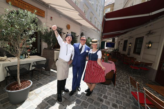 Chefkoch Andrea Garau (l.) mit Chef Roberto d'Atri (m.) und Nachbarin Gordana Colakovic.