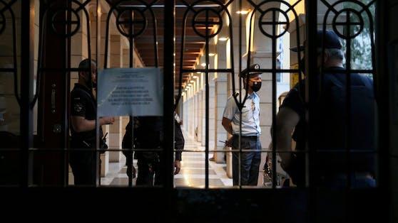 Polizisten stehen beim Eingang des Petraky Klosters nach der Säureattacke auf sieben Bischöfe.