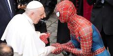 Papst Franziskus schüttelt Spiderman die Hand