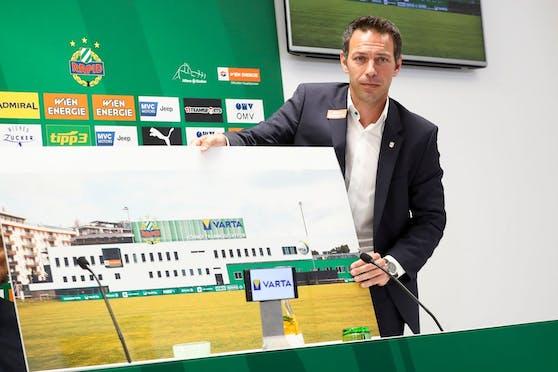 Christoph Peschek zeigt das neue Trainingszentrum.