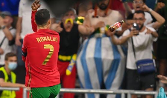 Cristiano Ronaldo versucht einer Cola-Flasche auszuweichen.