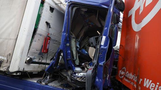 Die A25 ist nach einem Serienunfall auf Höhe Weißkirchen /Marchtrenk-Ost und Haid gesperrt.