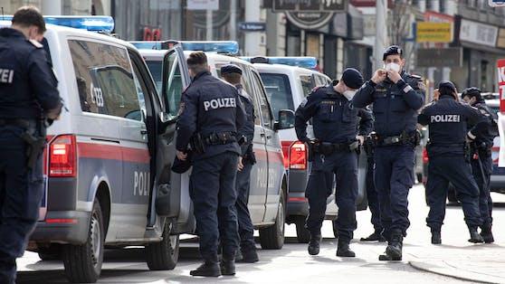 Bei dem Polizeieinsatz wurde eine Beamtin verletzt.