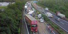 Serienunfall mit 13 Fahrzeugen legt Autobahn lahm