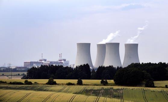 Das AKW Temelín liegt 24 km nördlich von Ceske Budejovice in der Region Südböhmen, Tschechien und liegt 50 km von der österreichischen und 60 km von der deutschen Grenze.  Es ist hinsichtlich der Leistung mit 2026 MW das größte Kraftwerk in Tschechien.