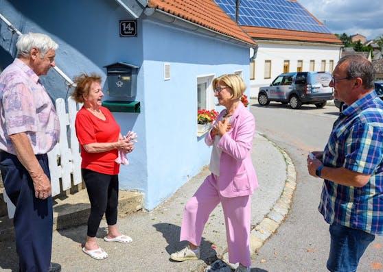 Landeshauptfrau Johanna Mikl-Leitner im Gespräch mit Betroffenen vom Unwetter in Schrattenberg.