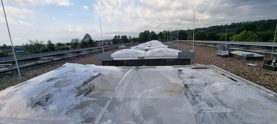 Im Gymnasium Solar City wurden sämtliche Dachfenster zerschlagen.