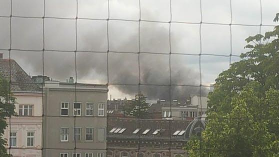 Ein Carport-Brand sorgte für eine riesige Rauchsäule über Linz.