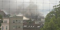 Riesige Rauchsäule nach Fahrzeugbrand in Linz