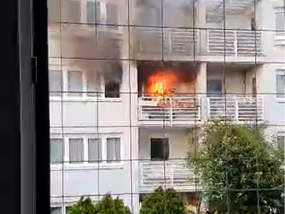 """Ein """"Heute""""-Leser bemerkte das gewaltige Feuer und filmte es mit seinem Handy."""
