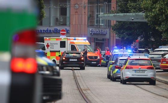 In der Würzburger Innenstadt ist es zu einem Gewaltverbrechen gekommen. Gemäß Medienberichten sind mindestens drei Personen tot