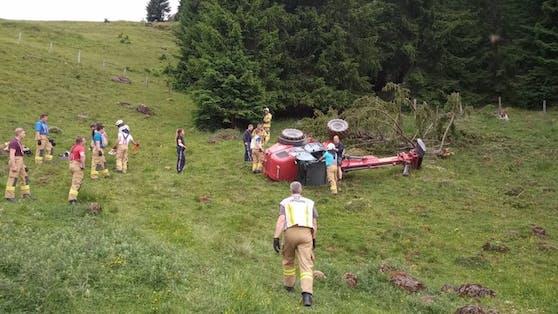 Die Feuerwehr Leogang brachte den Traktor mittels Seilwinde wieder auf die Räder