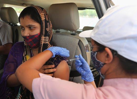 Eine Frau in Indien wird mit AstraZeneca geimpft.