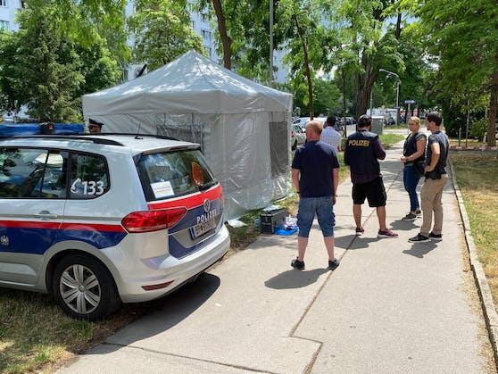 In der Wiener Donaustadt wurde am Samstagmorgen (26.06.2021) eine leblose weibliche Person gefunden. Eine Reanimation verlief ohne Erfolg. Die Polizei untersucht die Hintergründe.