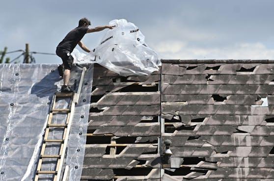 Viele provisorisch abgedeckte Dächer hielten dem Sturm in der Nacht auf Mittwoch nicht stand.