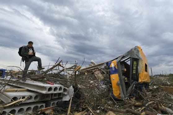 Der Bus, in dem sich die beiden eingeflogenen Opfer befunden hatten, wurde von dem Tornadogut 70 Meter weit von der Straße in ein Feld gefegt.