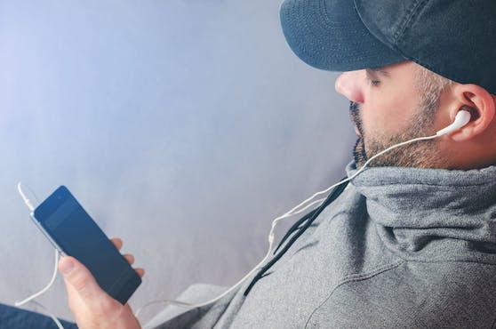 Kaum hat man mit jemandem über etwas gesprochen, schon erscheint eine Werbung genau dafür auf dem Handy. Werden wir von unseren Handy abgehört? (Symbolbild)