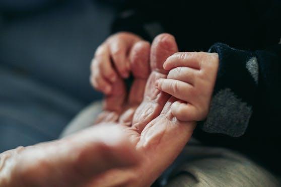 Nicht selten spielenOma und Opa eine wichtige Rolle im Leben ihrer Enkelkinder. (Symbolbild)