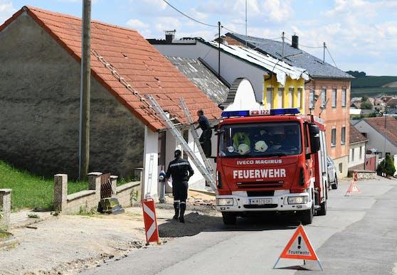 Im Bild. Einsatzkräfte der Feuerwehr während ihres Einsatzes in Schrattenberg.
