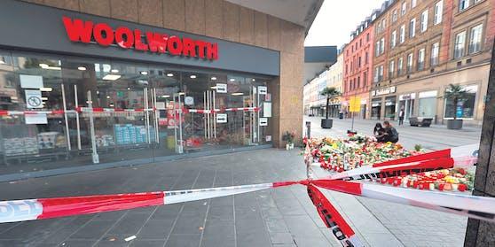 Blumen und Kerzen am Tatort in Würzburg