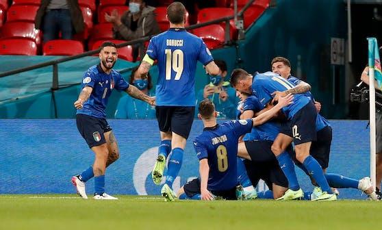 Italien bejubelt den Aufstieg gegen Österreich.