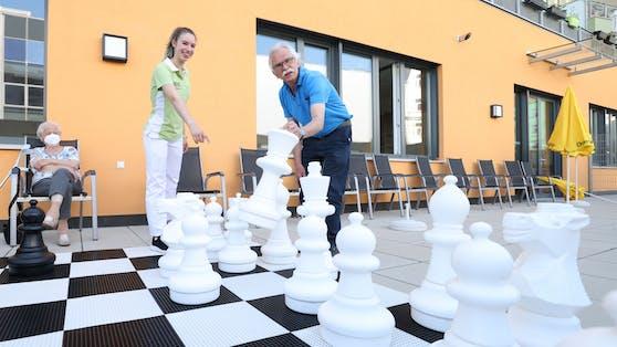 Vanessa beim Schachspielen mit Michael L. (74)