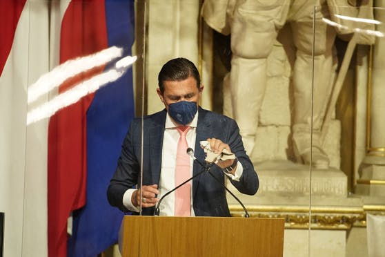 Hanke wischt das Mikro ab – und die Kritik der Opposition weg.