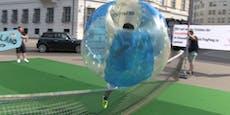 Menschlicher Ping-Pong-Ball flitzte durch Wiener City