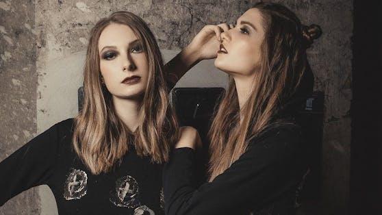Die Austro-Models Katharina Dlapka und Sarah Leidl posieren für Kult-Designerin Marianne Kohn