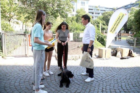 Im Rahmen der 1. Wiener Ehrenamtswoche machen sich Schülerinnen und Schüler gegen illegalen Welpenhandel stark. Tierschutzstadtrat Jürgen Czernohorszky (SPÖ) kam im Hamerlingpark (Josefstadt) auf einen Besuch vorbei und zeigte sich beeindruckt von dem Engagement.